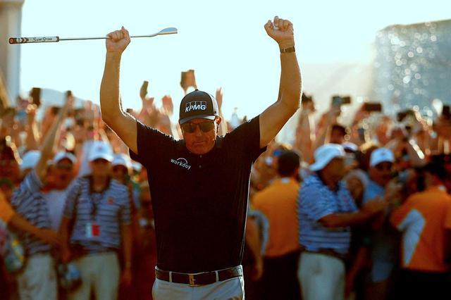 画像: 最終ホールではフィル・ミケルソンの優勝の瞬間を見届けようと、多くのギャラリーが押し寄せた(写真/Getty Images)