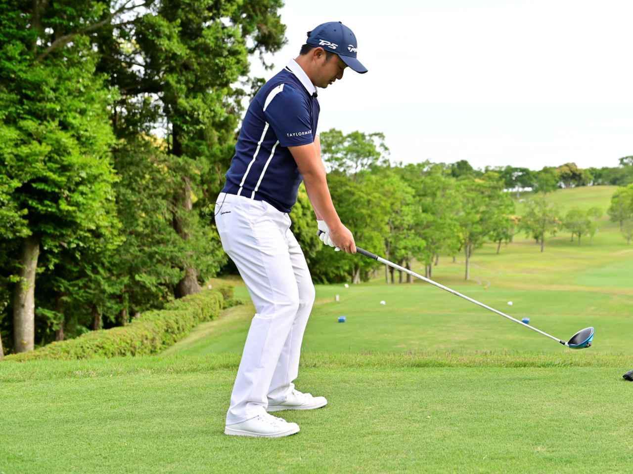 画像: 前傾姿勢を作る際にひざから先に曲げてしまうと、ボールと体の距離関係が変わってしまったり、股関節が曲げづらくなることでクラブや体を回しづらくなる原因になると目澤