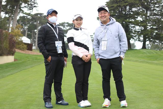 画像: 左はコーチでキャディを務める黒宮幹仁、右はパッティングコーチの橋本真和(写真提供/橋本真和)