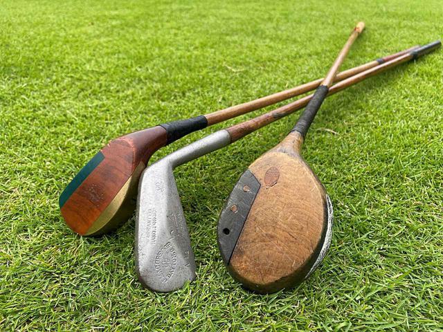 画像: ヒッコリーゴルフを体験してきました!使用したクラブは写真左からパター、マッシ―(現代の5番アイアン相当)、ブラッシー(2番ウッド)の3本