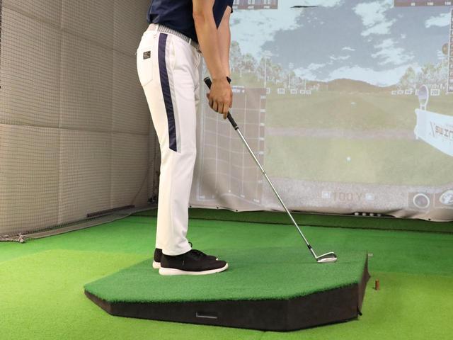 画像: つま先上がりのライではボールが平坦なライより高い位置にあるため、そのぶん短く握ることが大事