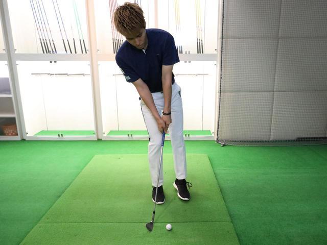 画像: 体の重心が右に残った状態でスウィングしてしまうと、すくい打ちの形となり様々なミスの原因となる