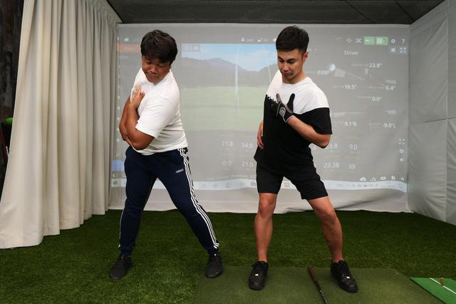 画像: 右の内転筋で体重移動を受け止めるバックスウィングのイメージ。体重移動は両足の内転筋の内側までの範囲で行う