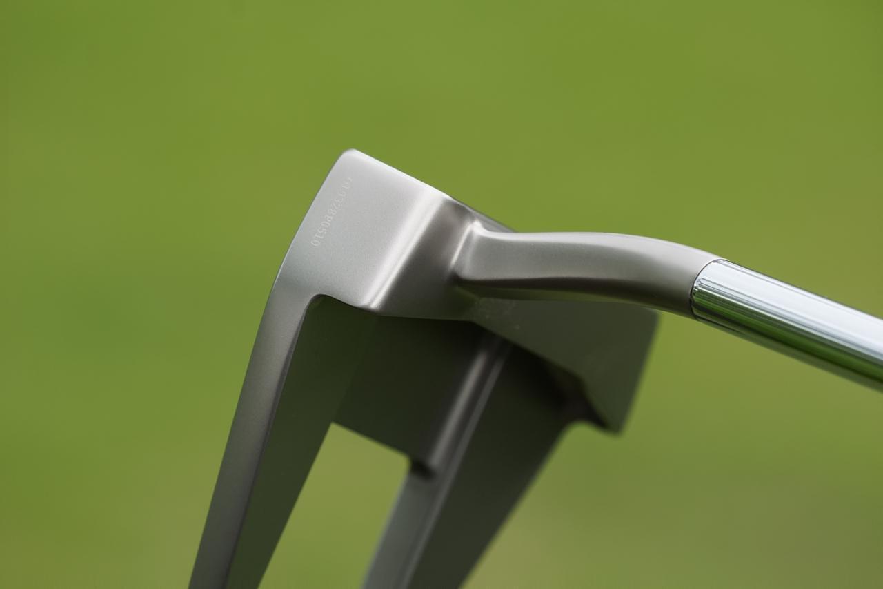 画像: ショートスラントネックはストレートなシャフトに対してフェース面を後方にオフセットできてクランクネックよりでっぱりが気にならないことが特徴