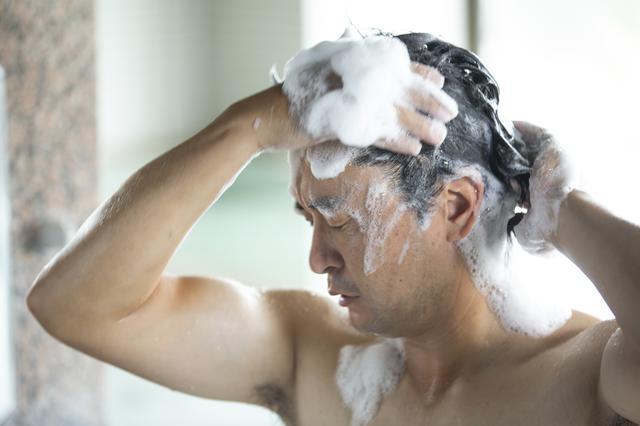画像: ラウンド後は風呂場で「リアップエナジー」を使って皮脂を落とそう