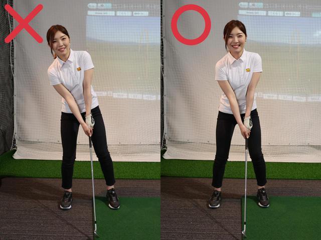 画像: 左足上がりではアドレスしたときに右足体重になりやすい(左)が、どんな傾斜でも重心が真ん中にくるよう(右)に構えることが大事