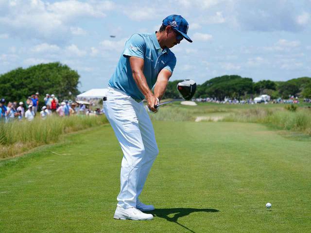 画像: 体の回転によってクラブを引き上げるテークバックによって、ハーフウェイバックのポジションで力まず勝手に左わきが締まる(写真は2021年の全米プロゴルフ選手権 撮影/Blue Sky Photos)