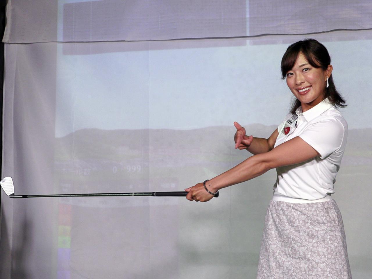 画像: 左腕を伸ばした状態で振ることでボールとの距離が変わらず安定したショットができると小澤