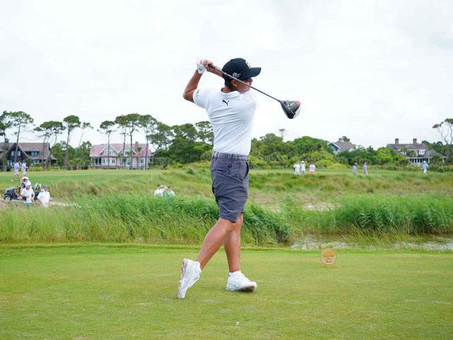 画像: フィニッシュでは左足つま先が浮き、かかと側に重心が乗っていることがわかる。左足かかとに体重を乗せることで、体の左サイドへの回転がスムーズに行える(写真は2021年の全米プロゴルフ選手権 撮影/Blue Sky Photos)