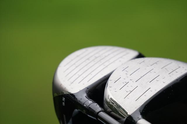 画像: フェース面に長く繋がった溝があるのが理想だが、打球面に短い溝があるだけでも水の影響を抑えることができる。ヘッドスピードは速いプレーヤーほどフェースに溝が必要
