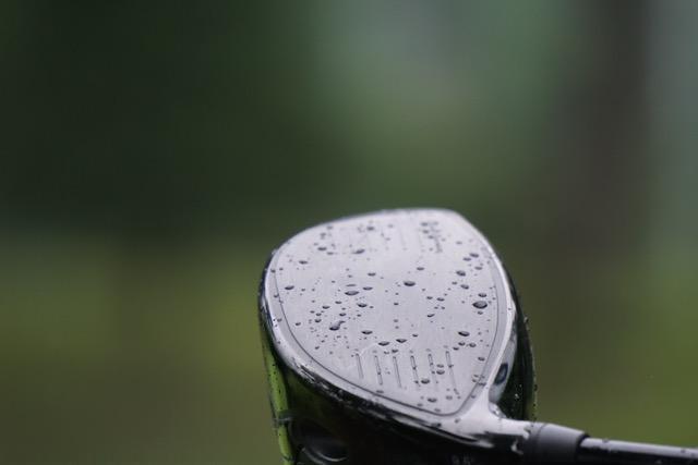 画像: 打球面に溝のないドライバーほど雨水の影響を受けやすい(飛ばなくなる)