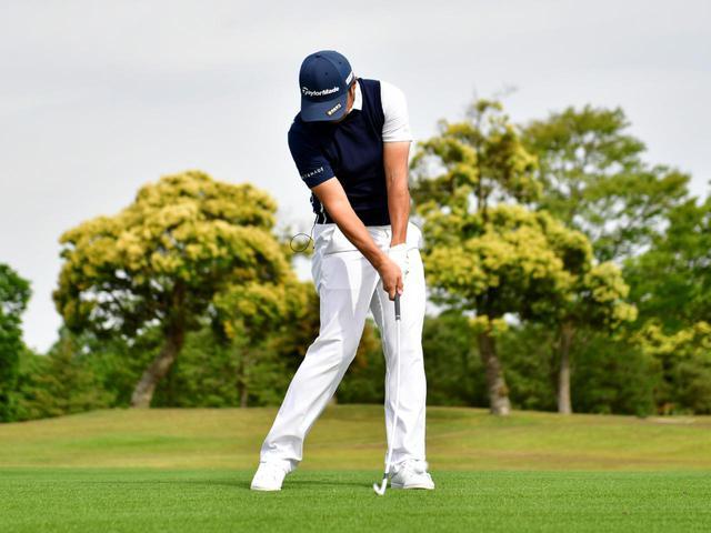 画像: 地面にあるボールを打つアイアンの場合は、ヘッドが上から下に入るダウンブロー軌道でインパクトするのが正解だ