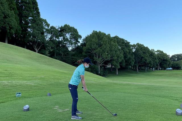 画像: 林を越えた隣りのグリーンを狙う1打。レディースティからのため距離は150ヤードと短いですが、緊張感はケタ違いです!結果はボールの頭を叩いてコロコロコロ……飛距離は10ヤードくらい(笑)