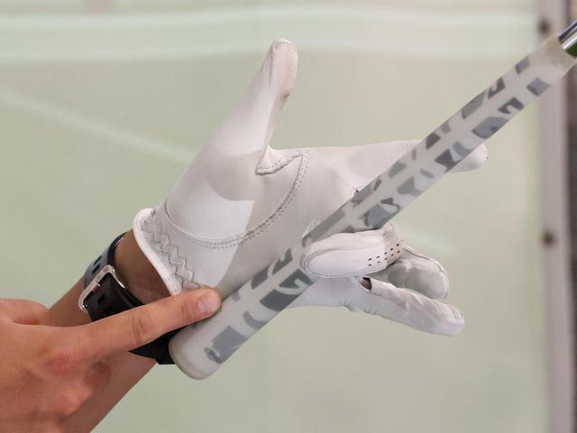 画像: スウィング中に圧力がかかるのは、極端に言えば左中指とグリップエンド付近と接している手のひらの2点だけ。ほかの4本の指は軽く添えるイメージで良いという