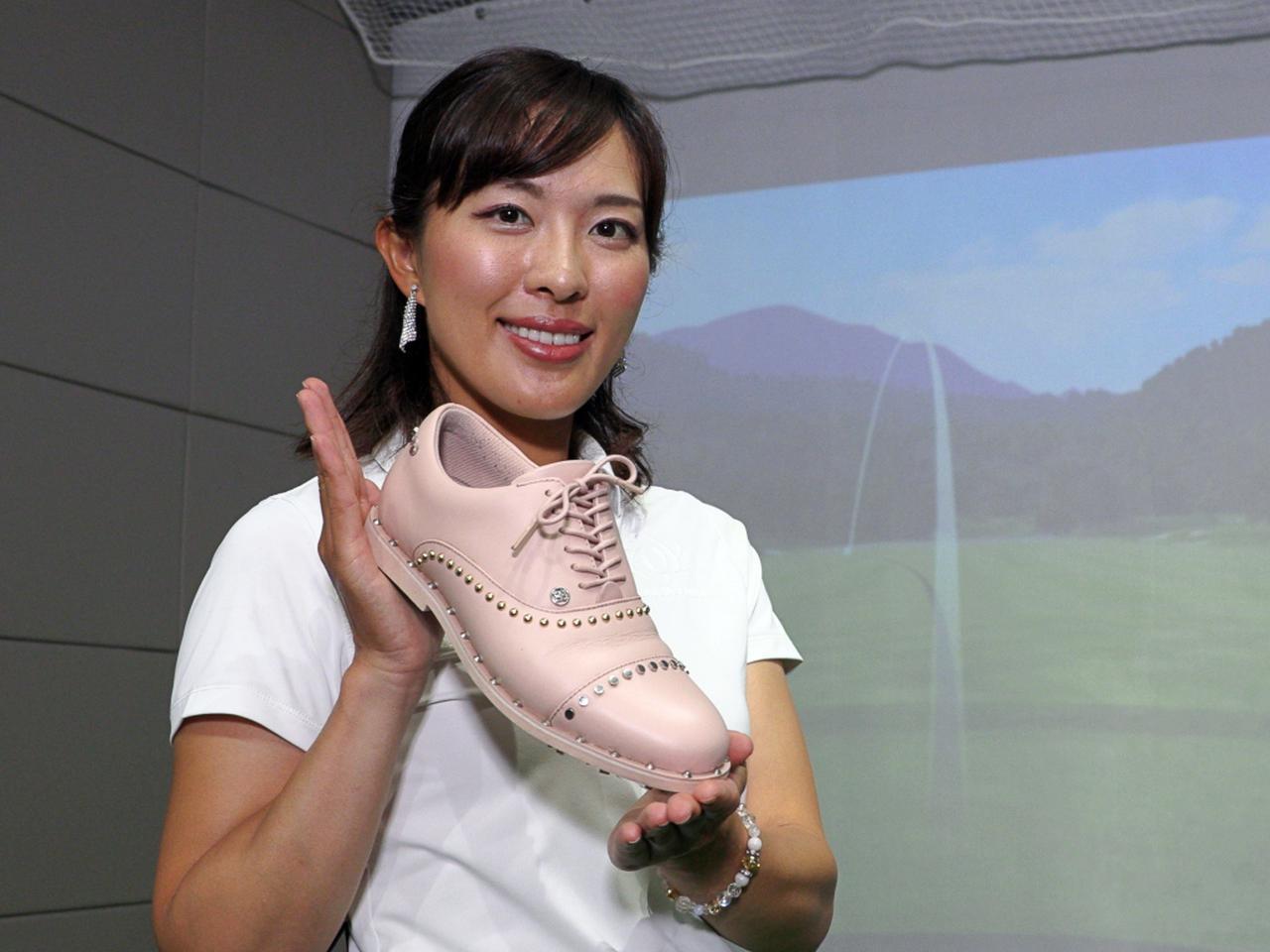 画像: 練習の際もラウンド時に履くゴルフシューズを使ってほしいと小澤