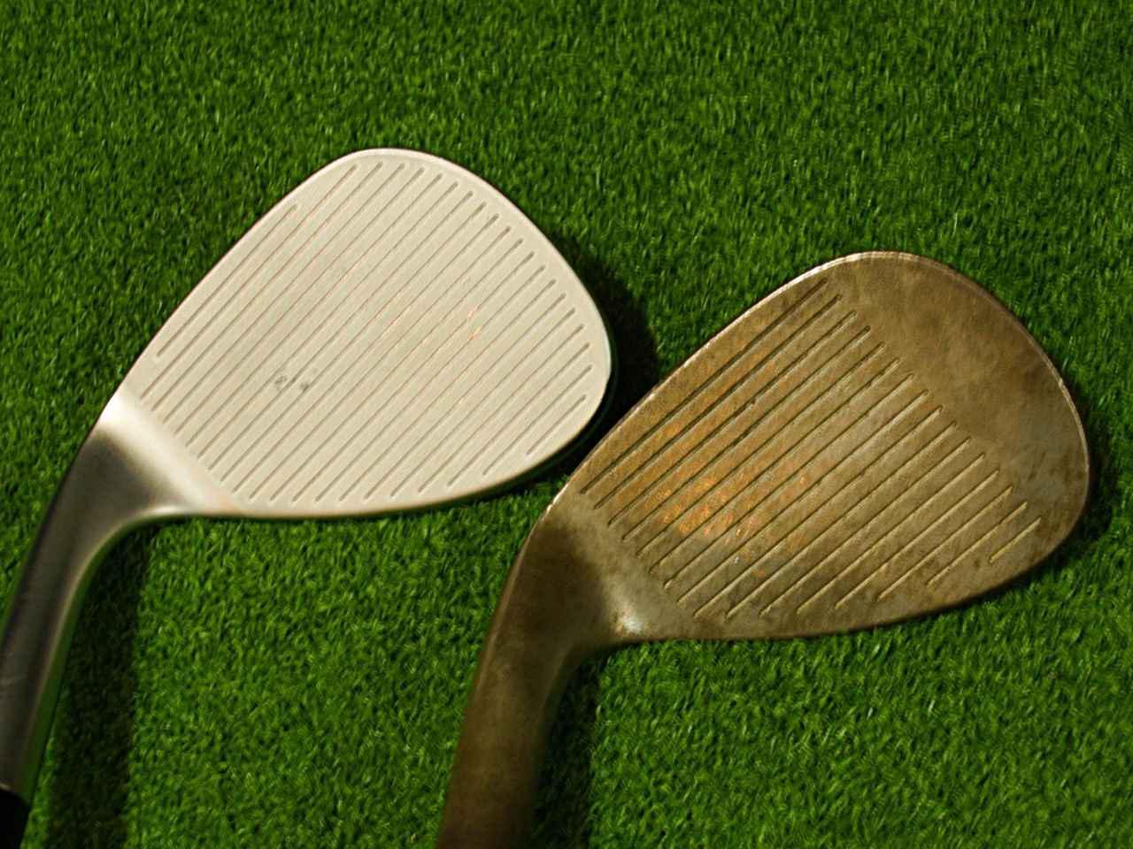 画像: 左が2021年発売のクリーブランド「RTXフルフェース」、右が2002年発売の角溝を採用したフォーティーン「MT-28」