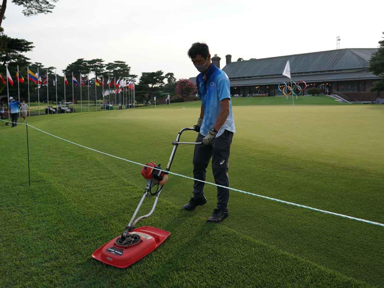 画像: グリーン周りの芝は逆目になるよう芝の長さを調整してカットしているという