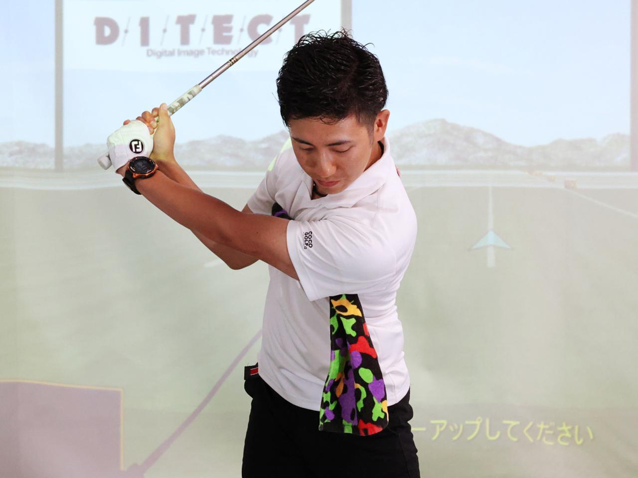 画像: 両わきにタオルを挟んでスウィングする練習ドリルで、右ひじを自由にさせない体の動きが身に付くという
