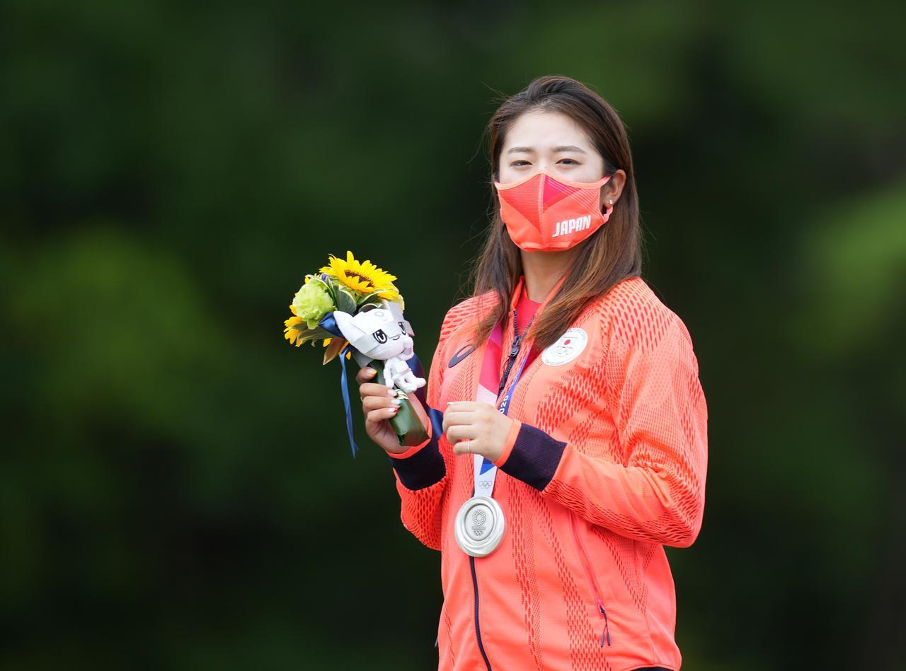 画像: リディア・コとの銀メダルをかけたプレーオフを制して日本初のゴルフ競技の銀メダルを獲得した稲見萌寧