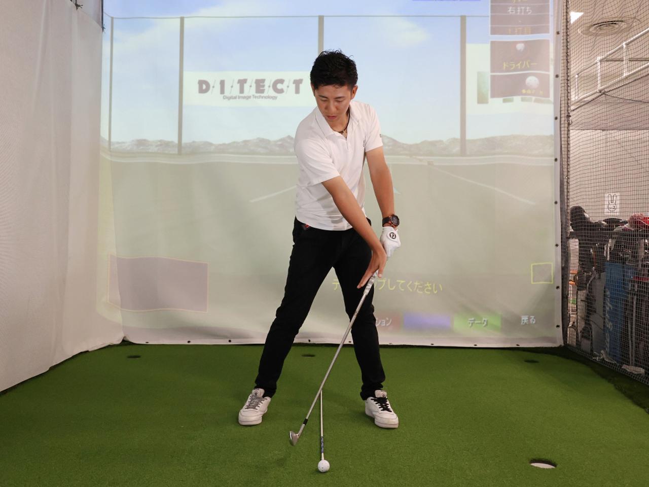 画像: 右手のひらを地面のボールより左側に向けて右手のひらを叩きつけるイメージで手首を変えそう
