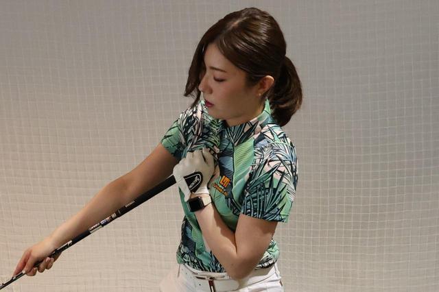 画像: テークバックで胸が後方を向くよう体を使ってアプローチしよう