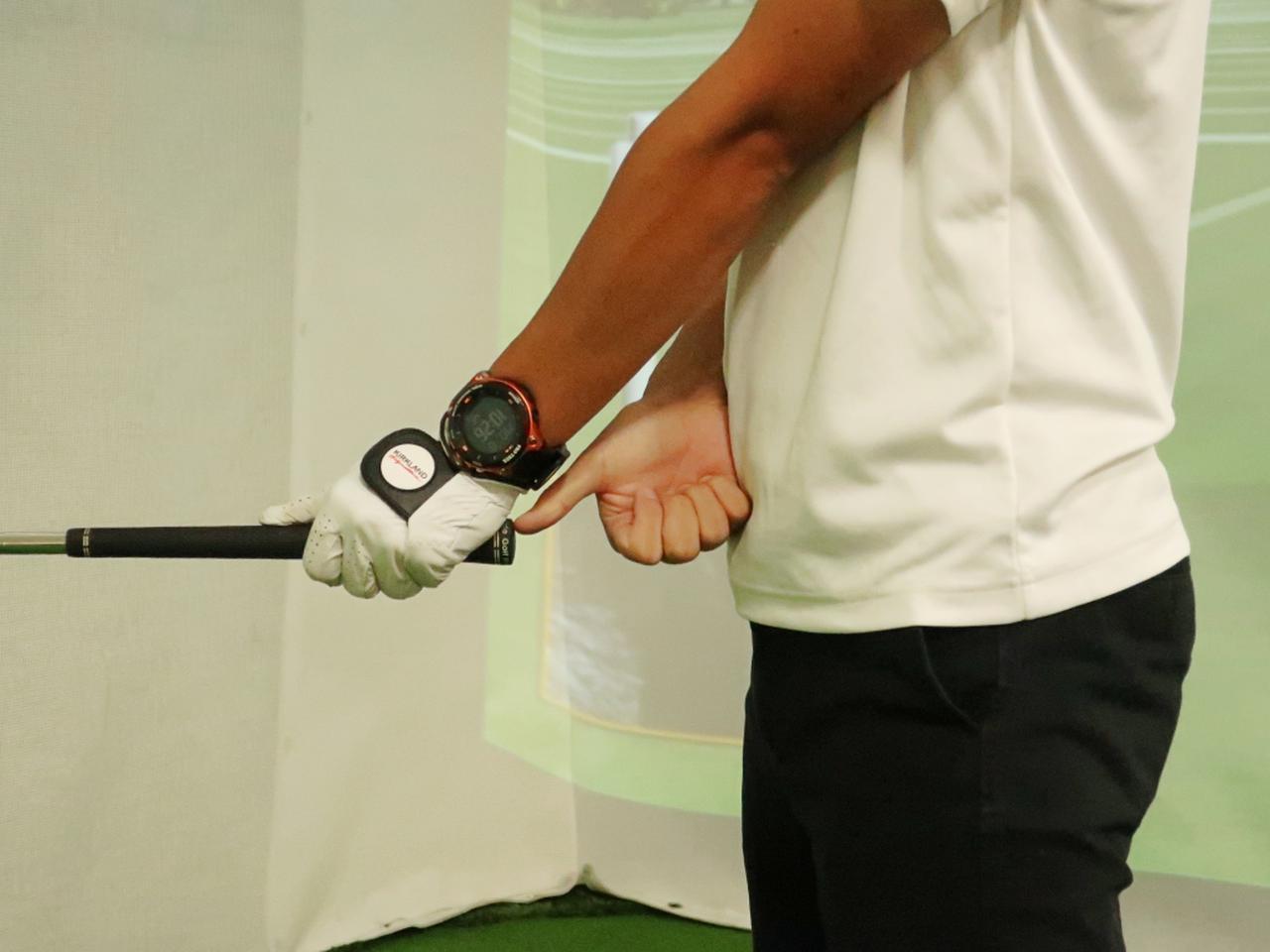 画像: 前傾姿勢を作ってアドレスした際に、グリップエンドと体の距離は握り拳+親指1本ぶんになるのが正解