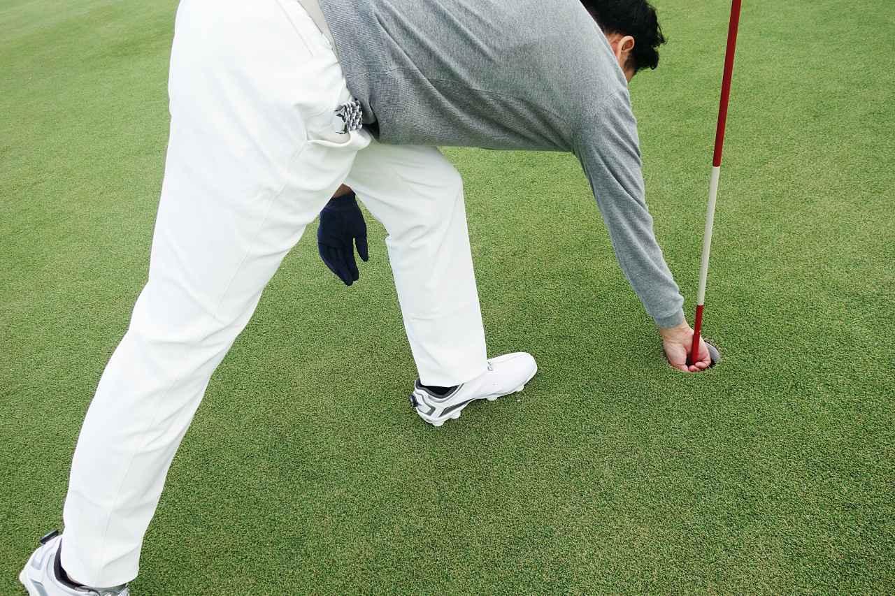 画像: ボールを拾うときなどに突っ張らないのは非常にラク。下着もまったく透けない