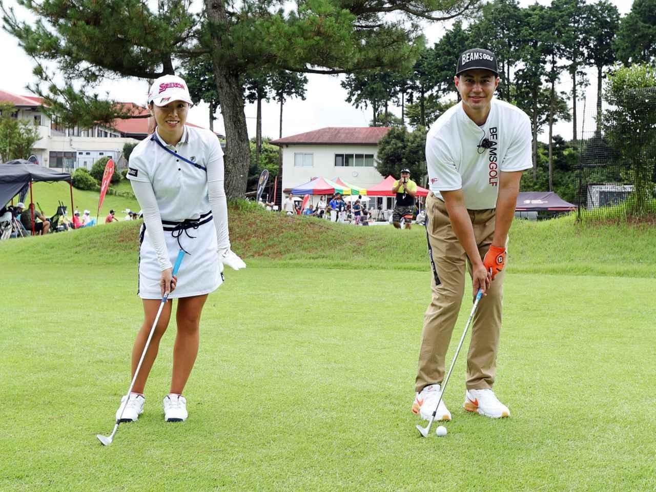 画像: 低く出すアプローチでは、ボール位置は右足の前。グリップは短く持ち、左足ふとももの前にセット。左足体重で構えるのが正解
