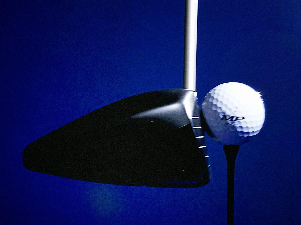 画像: フェース面を薄くするなどしてより大きくたわませるのは、弾いてボールを飛ばすためというよりも、ボールが潰れ過ぎることによるエネルギーロスを防ぐ効果が大きい