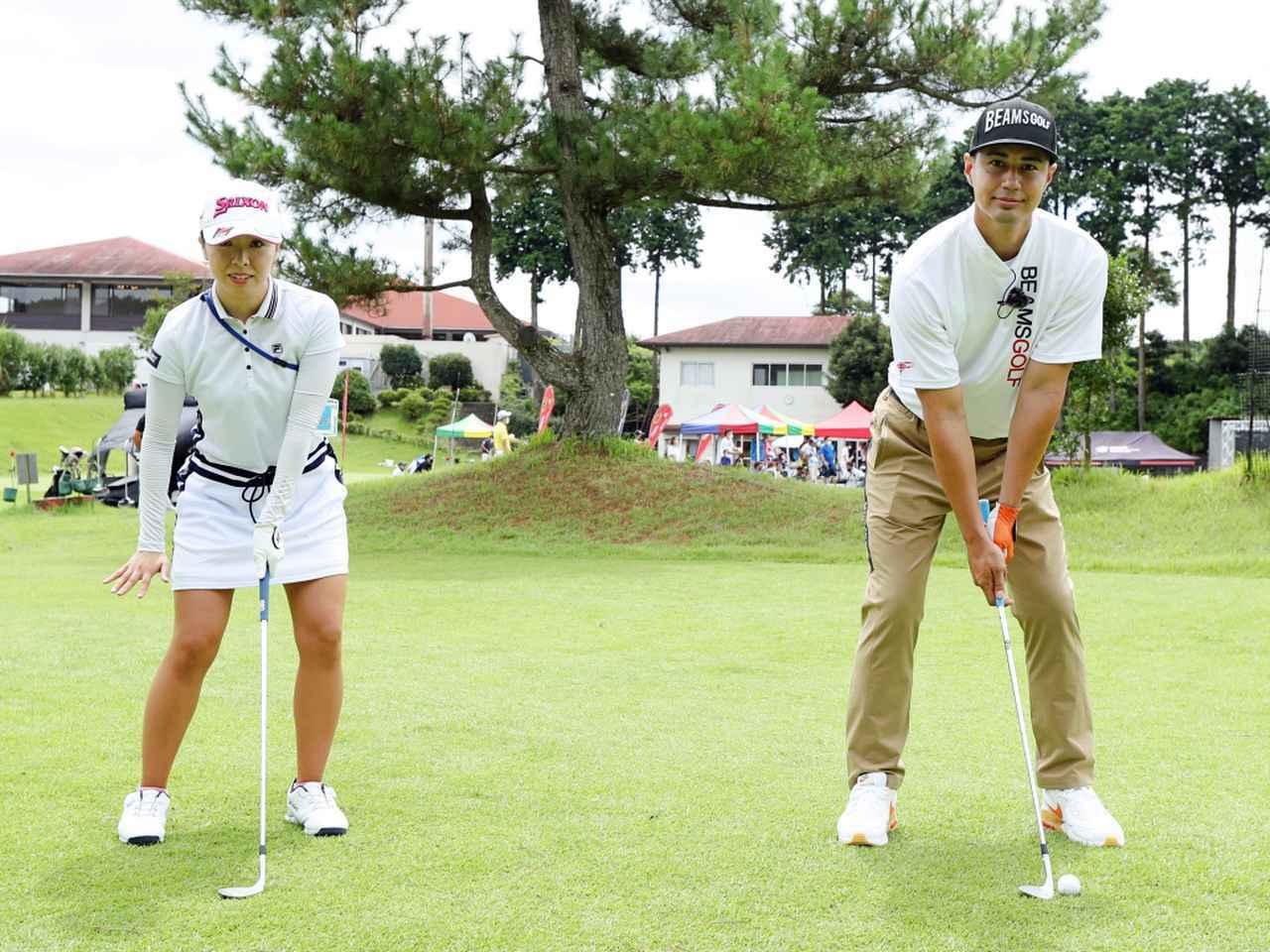 画像: 高さの出るアプローチでは、ボールを左足のかかとの前にセット。手元は左足ふとももの内側にセットし、左右均等に体重を乗せて構える