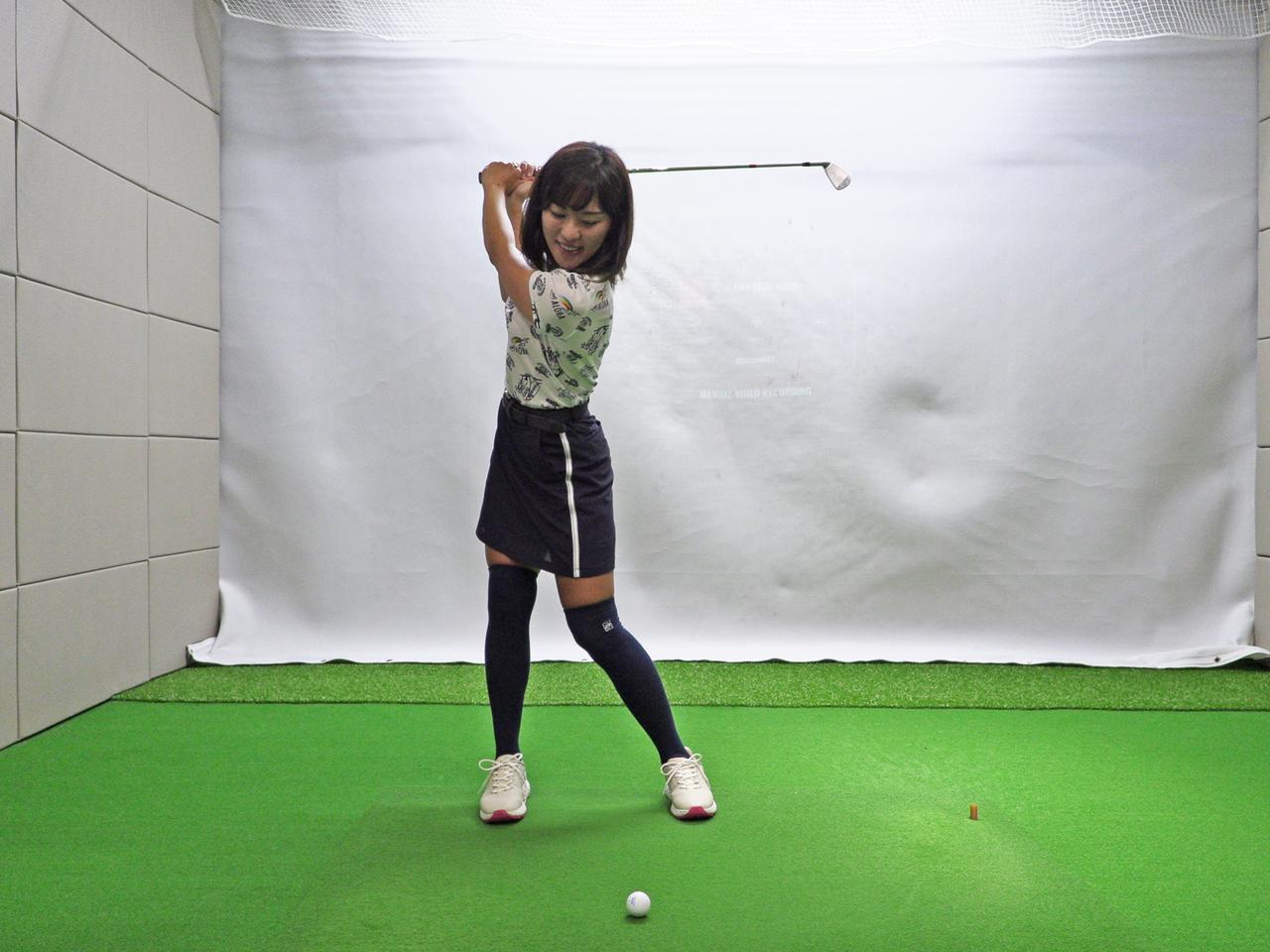 画像: 右軸タイプはアドレスで左4:右6で構え、バックスウィングで左3:右7と大きく右に乗る。このとき右腰のスゥエイによって頭も動くが、体を回せていれば横ではなく後ろ側へ右腰を引く動きになり、体の軸は保たれる
