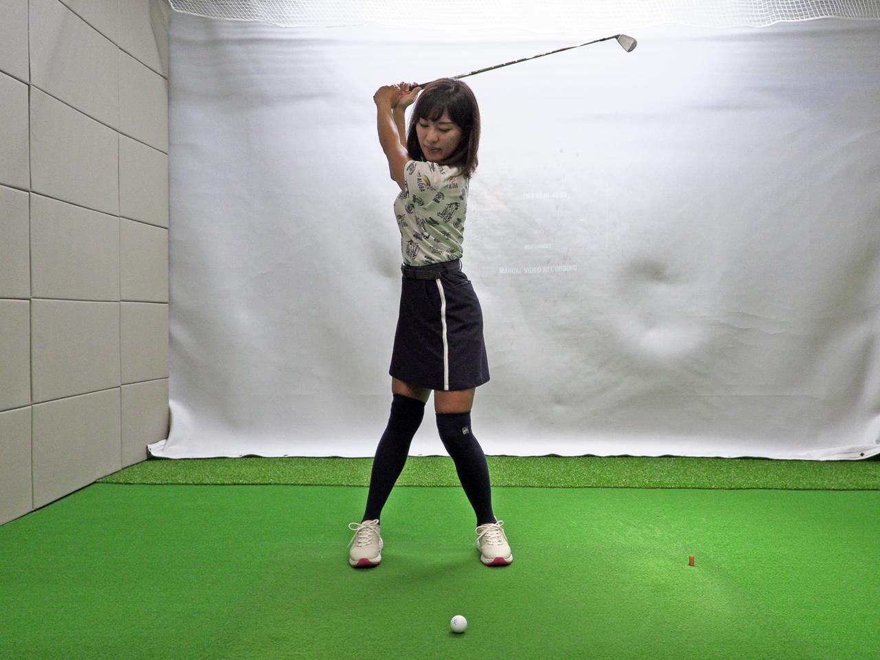 画像: 左軸タイプは左6:右4でアドレスし、バックスウィングで7:3とさらに左足に乗る。左ひざを曲げてクラブを上げることで頭の位置もキープしやすいという。トップで左足、左股関節、左肩が一直線に並ぶようなイメージだ