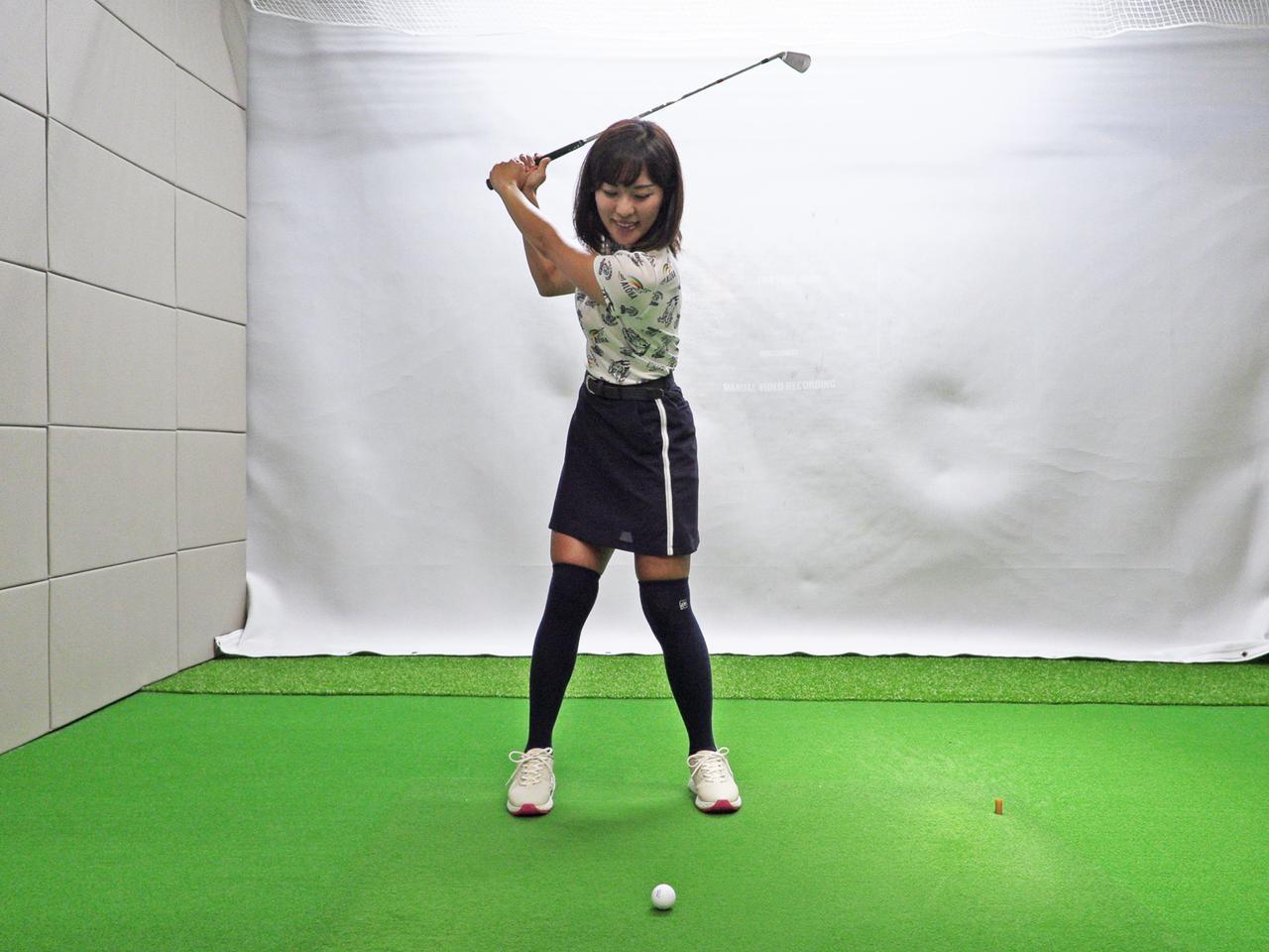 画像: センター軸はアドレスでは左5:右5、バックスウィングでも同じく5:5をキープ。感覚的には体重移動は行わないイメージだが、体をしっかり捻転させることで結果的に体重移動は行われているという