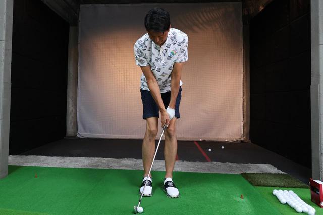 画像: スタンスは靴二足分狭く。クラブは思い切り短く持ち、ボールは右足寄りにセットしよう