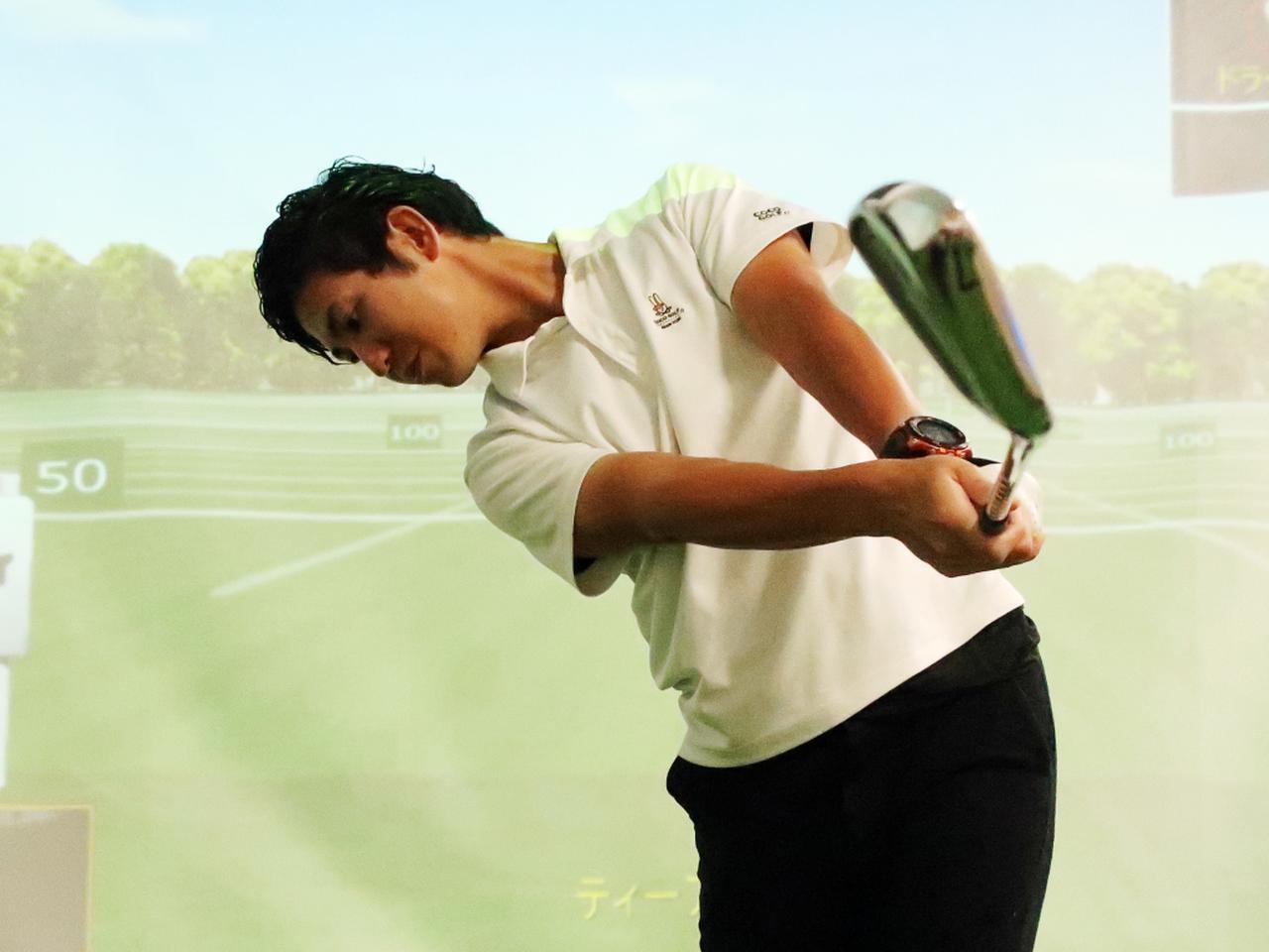 画像: 肩の高さくらいまで腕を目標方向へ向けて真っすぐ伸ばしていくイメージで振り抜こう