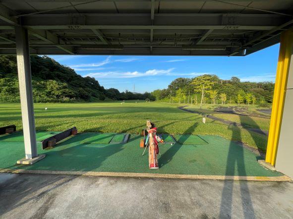 画像: 練習場横の管理棟にあるボールをカゴに入れて好きなだけ打つことができます