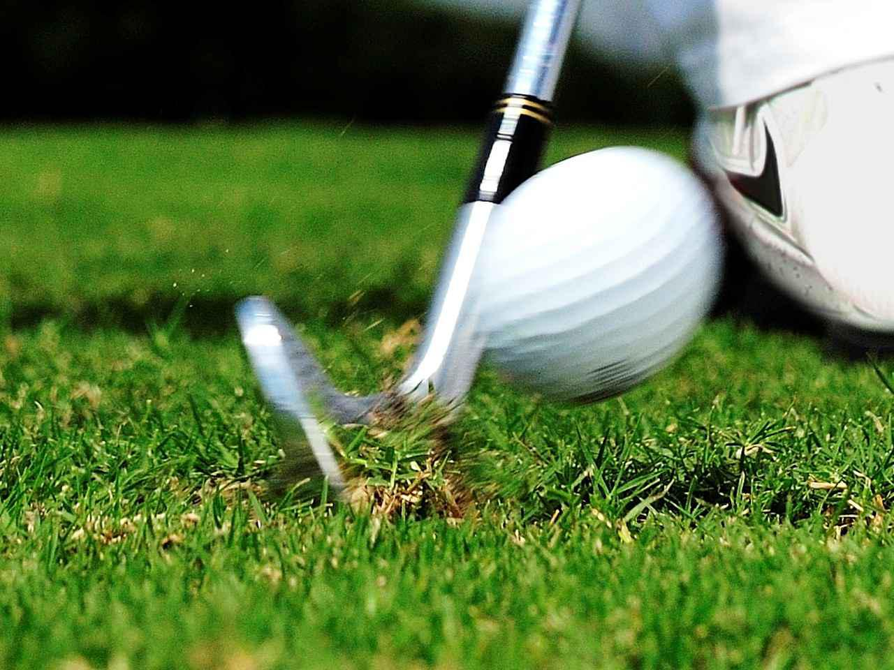 画像: 一般的なロフトのアイアンで飛ばせるゴルファーはロフトを立ててインパクトできている。一方ロフトの立った飛び系アイアンでも高く上げて飛ばせるのは、インパクトでロフトが寝てしまうぶんをリアルロフトでカバーしているから