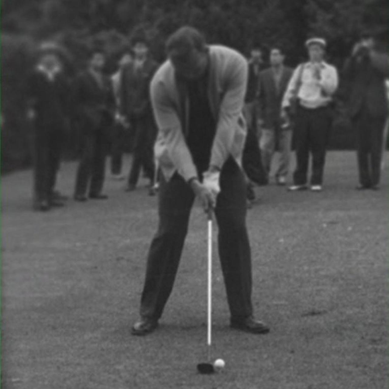 画像: クラブ・シャフト性能が現代と異なるため、吹け上がりをふせぐために、左足軸で上半身もまっすぐな状態で構えている