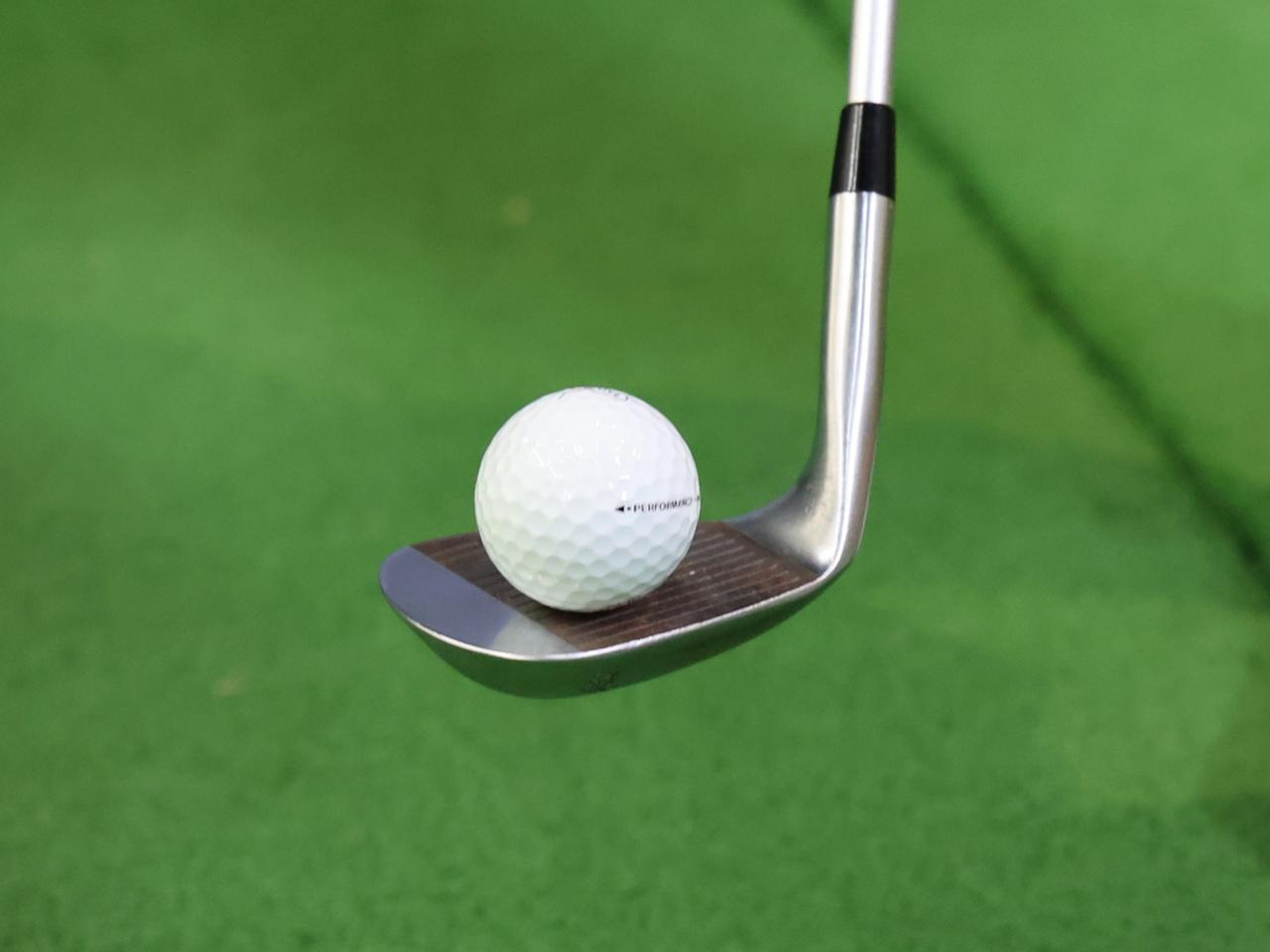 画像: ボールを乗せ、フェース上で回すようにクラブを動かすことで、操作性の良さがわかるという