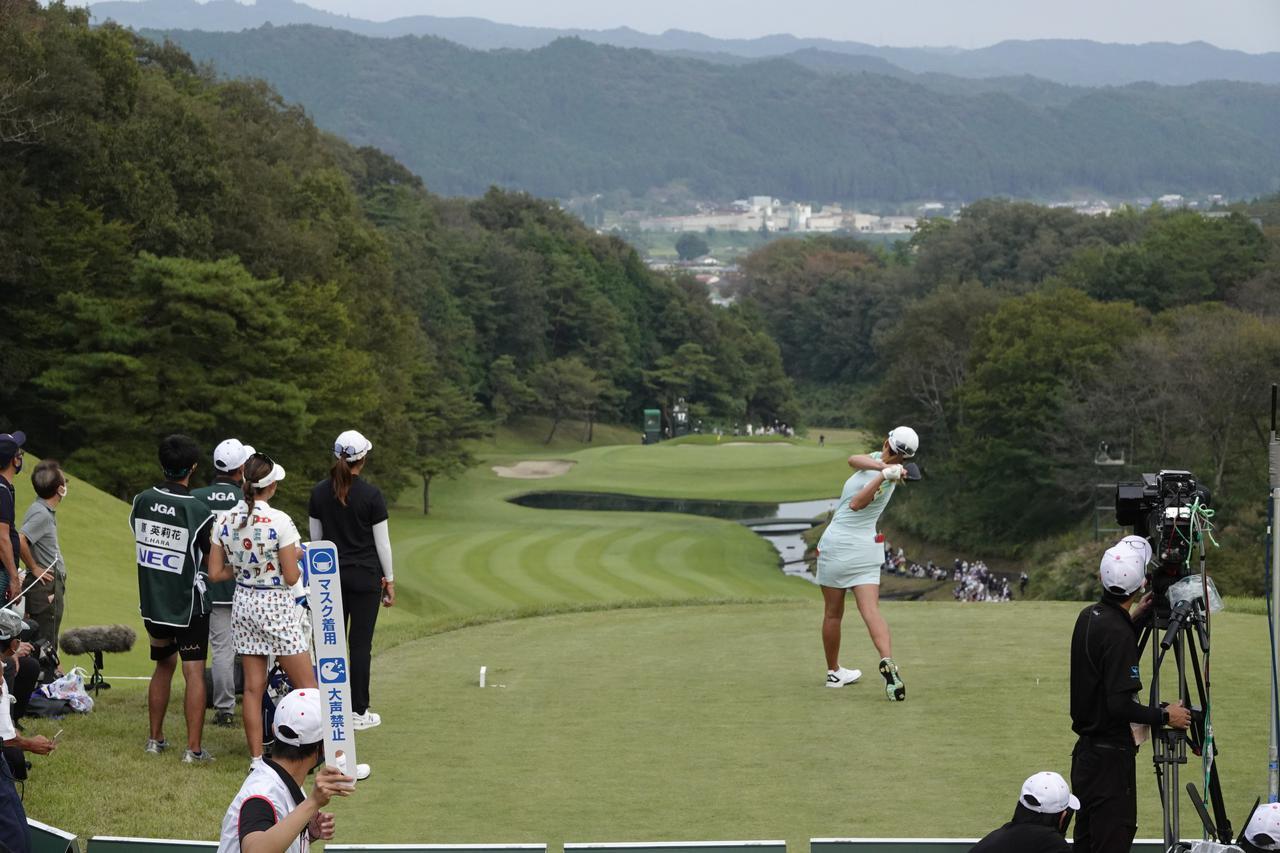 画像: 35ヤードの打ち下ろしで490ヤードパー4と難易度の高い17番パー4(写真は2021年の日本女子オープン)