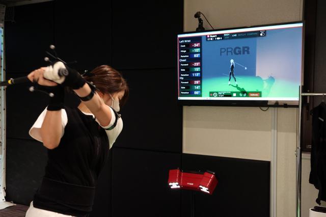 画像: 都内にある「PRGR GINZA EX」でプロギアさん独自の機器「サンエンス・フィット」を使用し、スウィング診断してもらったS子。果たしてその結果は?