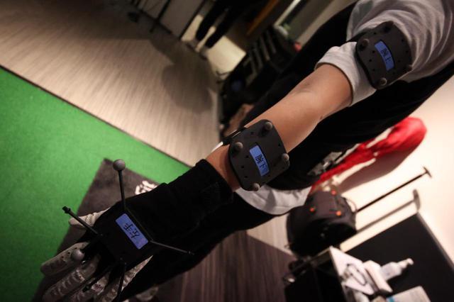 画像: 体の各所にセンサーを取り付けてさっそく診断スタートです!