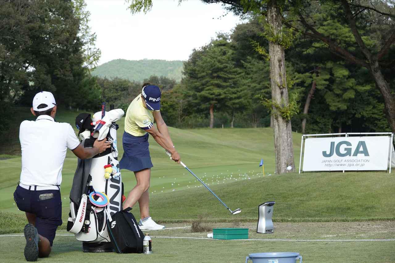 画像: 日本女子オープンの練習ラウンドを終えての練習で足元にスティックを置きアドレスの向きを確認しながら練習しスクェアに構えられるように修正した(写真は2021年の日本女子オープン)