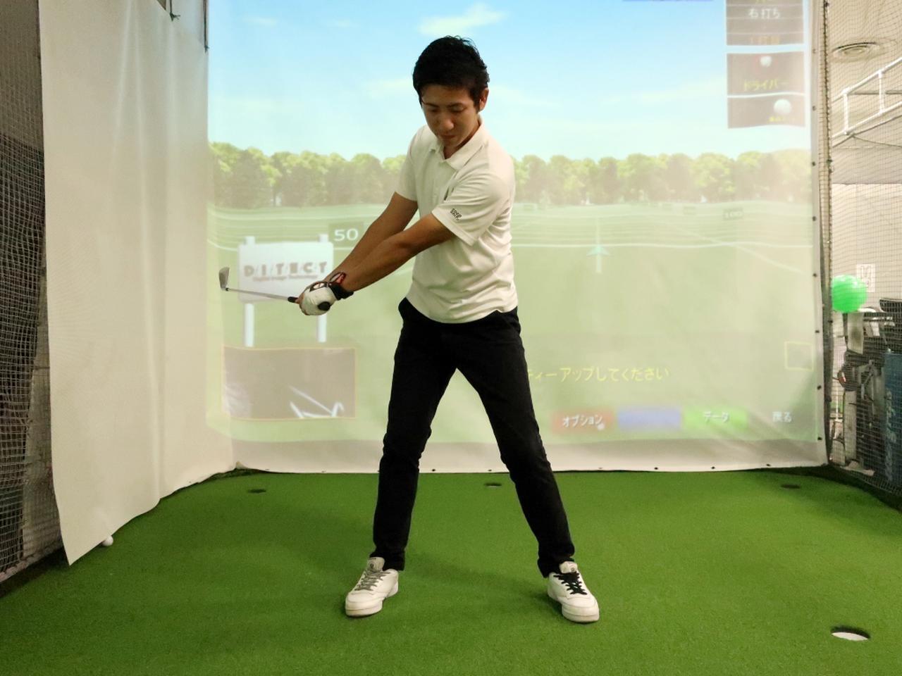 画像: 腕の力を抜いて、両肩と手元で作られる三角形のシルエットをキープしながらゆっくりとテークバックしよう