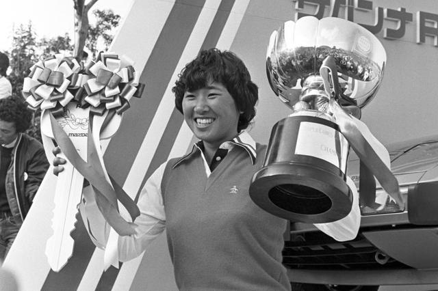 画像: 今から43年前の1978年、ワールドレディスゴルフトーナメントで初優勝を決めたときの森口。40年後に息子のキャディをするとはおそらく本人も想像だにしなかっただろう