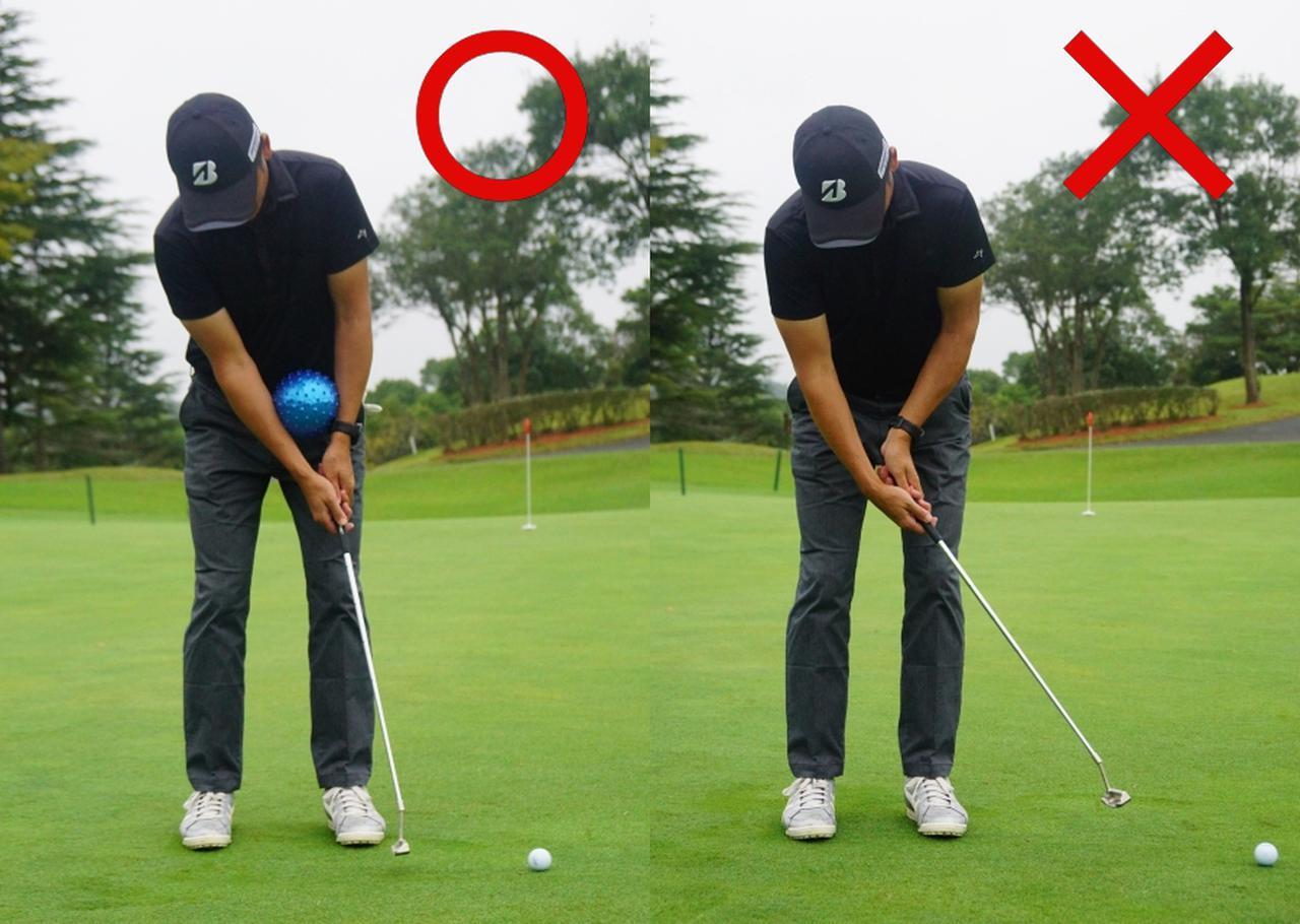 画像: ボールを手元に挟んでストロークするだけで余計な手首の動きを抑え方や胸を使ったストロークが実現できるという