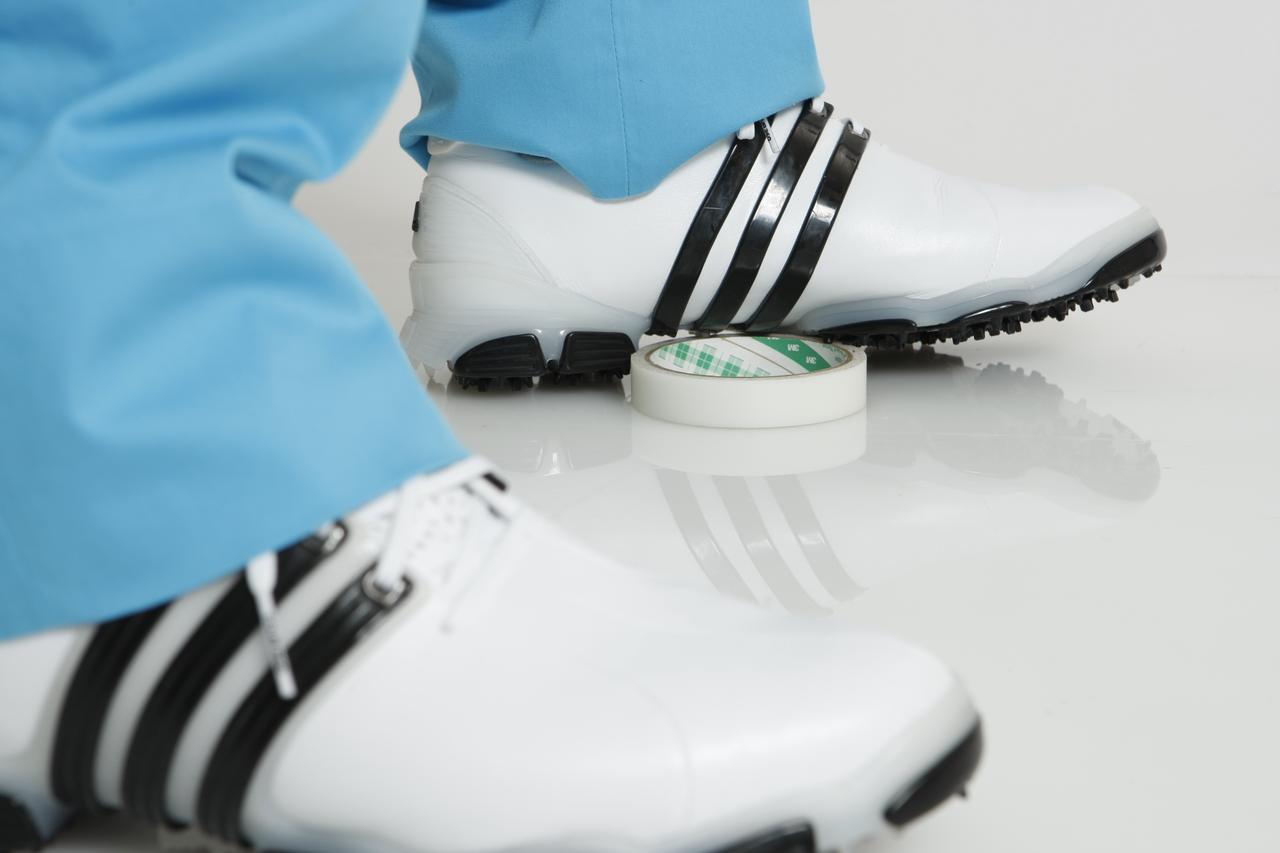 画像: 左足の外側は、しっかり接地させておくことで、飛ばしに必須な左の軸がキープできる。