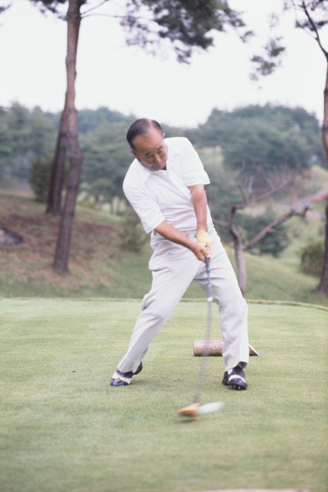 """画像5: 【伝説写真館】ゴルフの""""寅さん""""。中村寅吉"""