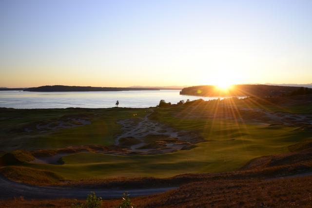 画像: 夕日に染まるチャンバーズ・ベイGC(撮影/横山博昭)。2015年の全米オープン開催コースだ。