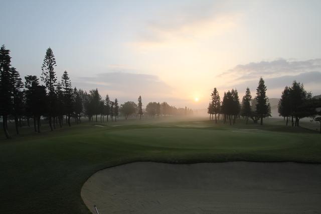 画像: 霧と朝日が神秘的な琉球 GC (撮影/西本政明 )